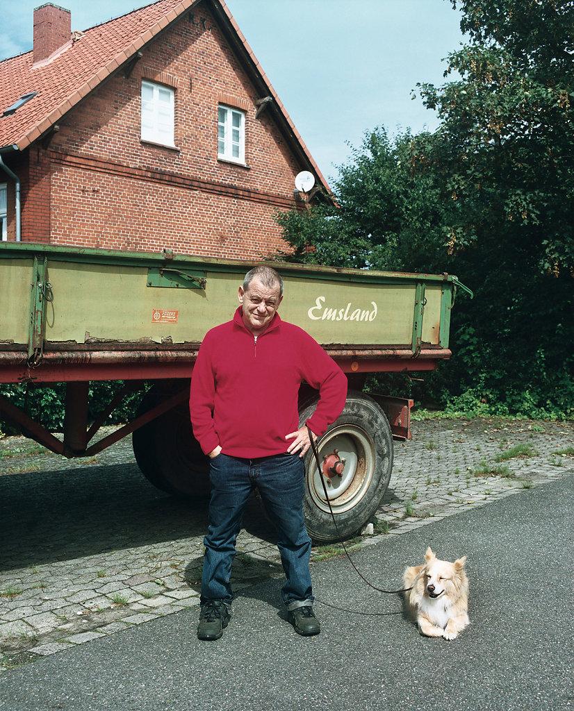 Michael Schmidt, photographer, with his dog »Freitag«, Schnackenburg (DE), 08/07