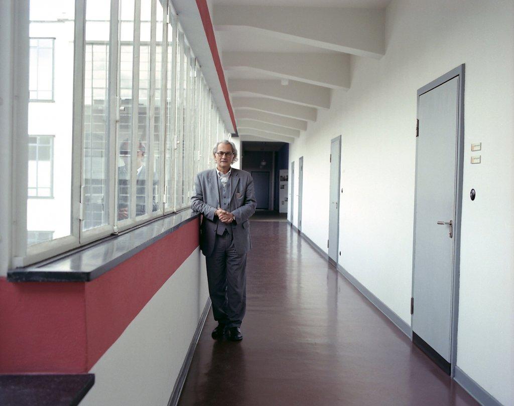 Omar Akbar, ehemaliger Direktor der Stiftung Bauhaus Dessau, Flur, Bauhaus Dessau, 10/08