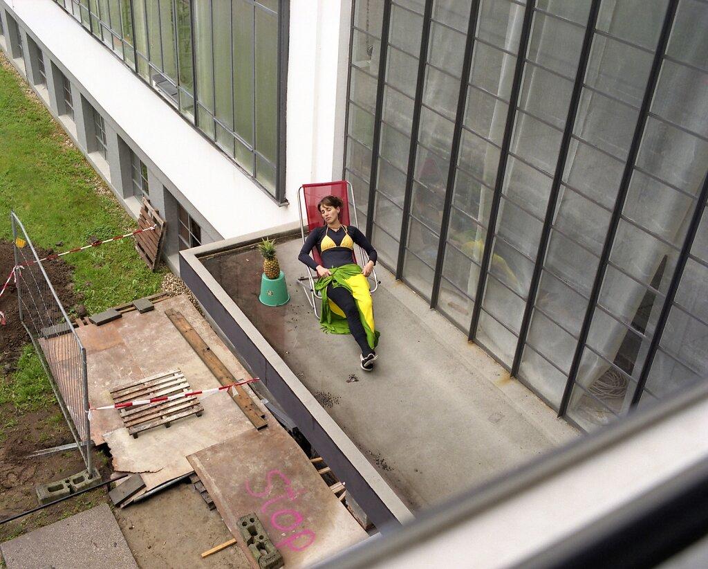 Luisiana Silva, Bauhaus-kollegiatin und Architektin, Vordach/Nordflügel, Bauhaus Dessau, 05/06